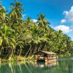 traditionelles Floßboot mit Touristen auf dem dschungelgrünen Fluss Loboc bei der Insel Bohol auf den Philippinen